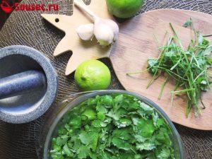 Состав продуктов для соуса из кинзы