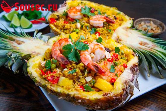Салат с креветками в ананасе