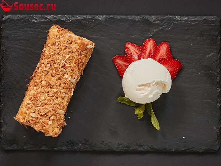 Торт Наполеон с кремом и клубникой