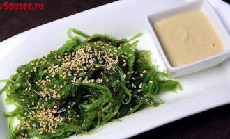 Салат Чуки с ореховым соусом