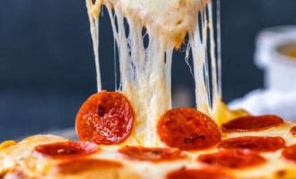 Сырный соус с куском пиццы