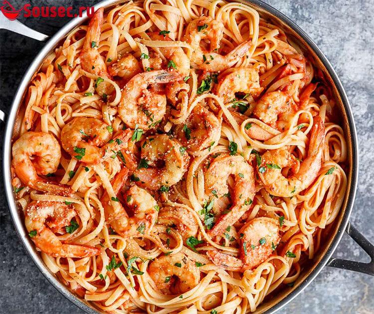 Спагетти с креветками зеленью и соусом