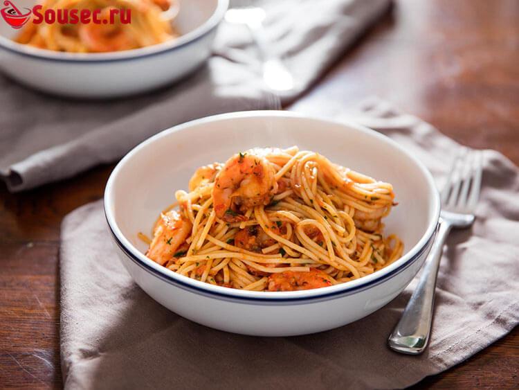 Спагетти с соусом и креветками