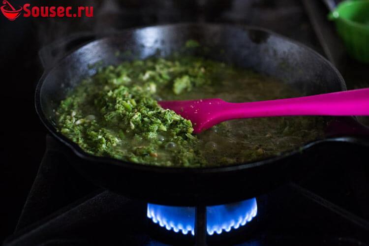 Заправка из брокколи в сковородке
