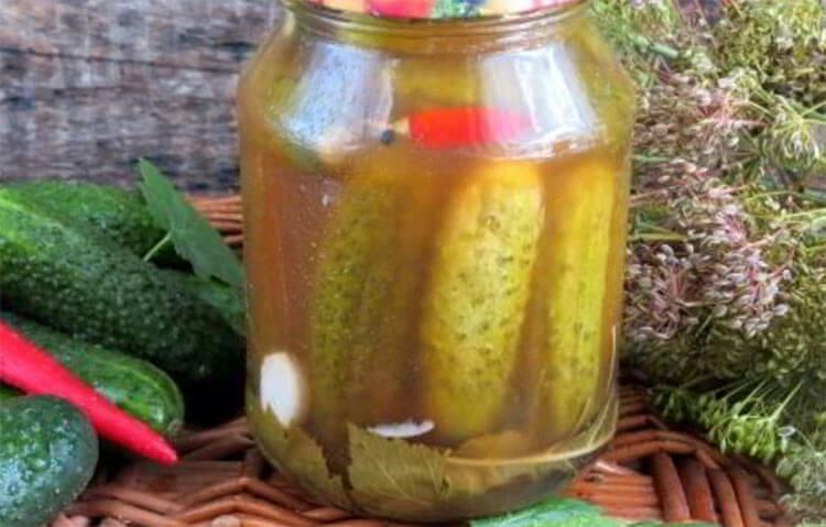 Огурцы с кетчупом с листьями смородины и вишни