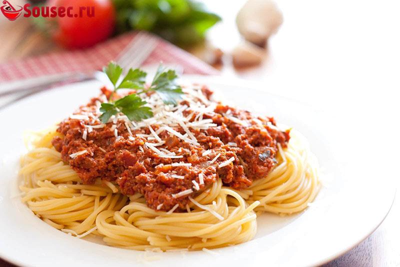 Томатный соус с фаршем и спагетти